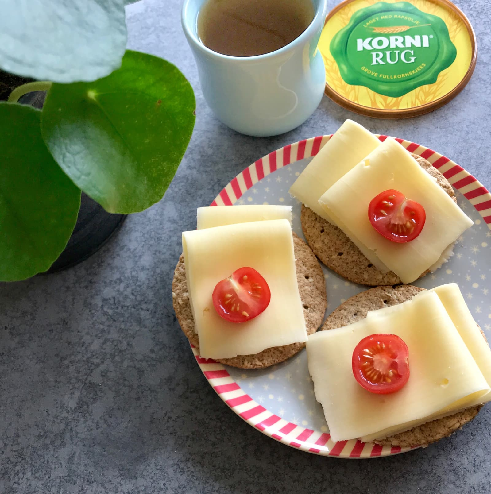 Bruk gjerne pålegg på KORNI® Rugkjeks og du vil få et herlig lite mellommåltid.