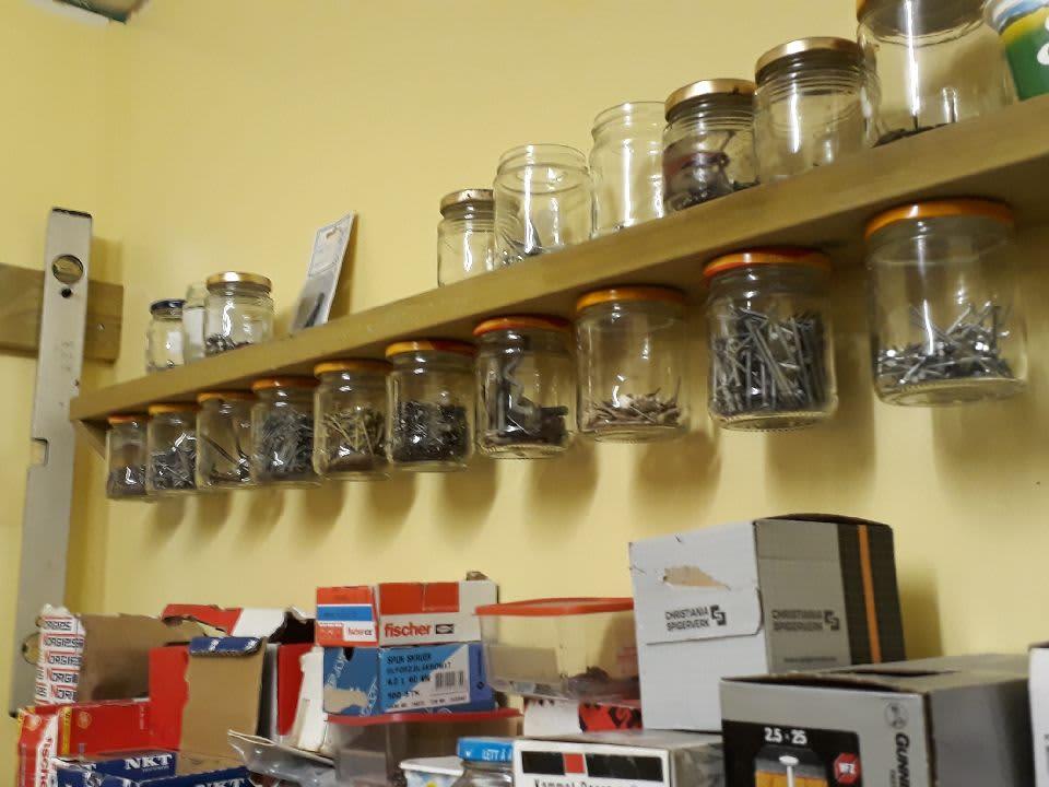 I Torbjørns verksted både står og henger det tomme HaPå-glass på rekke og rad. De benyttes til å oppbevare skruer og andre små nyttige saker.