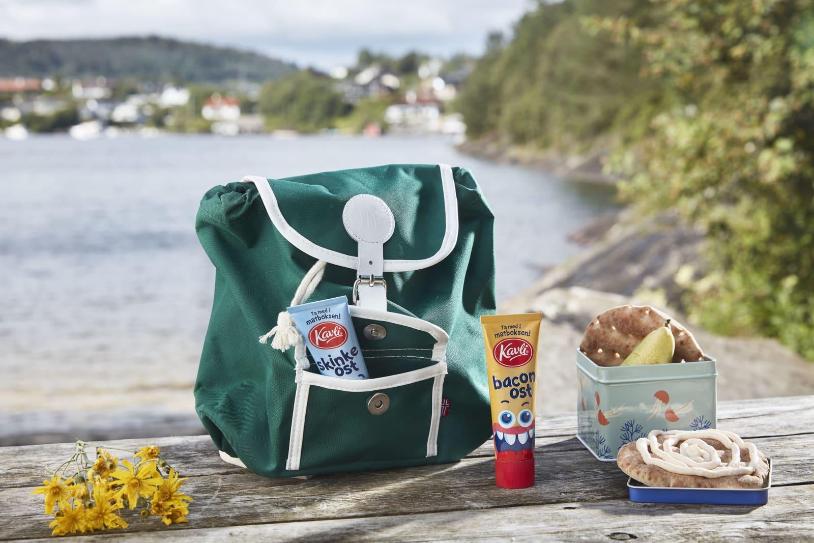 Kavli SkinkeOst og Kavli BaconOst i små matbokstuber sammen med polarbrød og pære