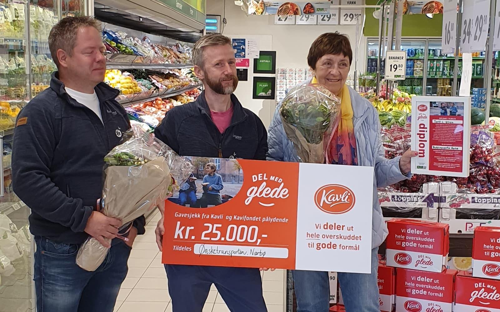 Børge Hognestad og Christian Christensen fra Ønsketransporten mottar gavesjekken på 25.000 kroner hos KIWI Nærbø, sammen med Turid Lindheim Nilsen som nominerte dem.