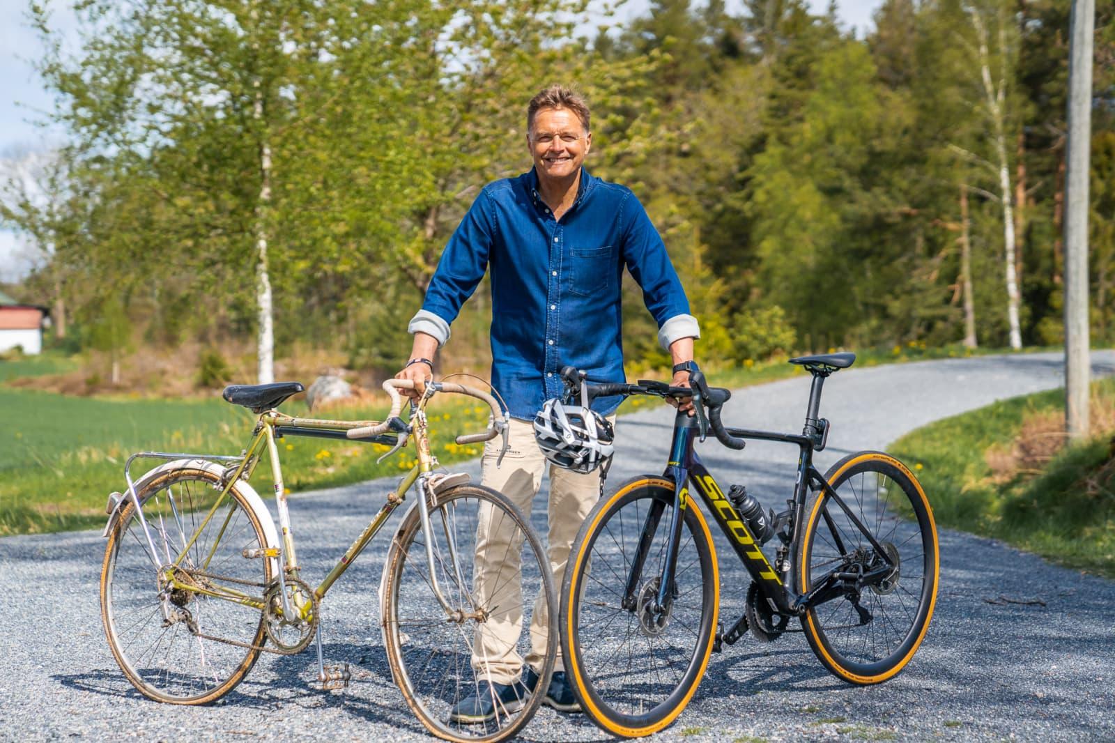Dag Otto Lauritzen trenger din hjelp til å lage mange nye sykler av gjenvunnet aluminiumsemballasje. Her med en gammel og en ny sykkel.