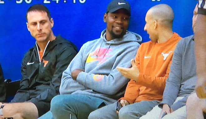 Texas coach Shaka Smart chats with Kevin Durant.