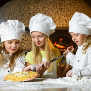 Kids Parties | Throw dough with a pro