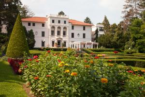 geneva-on-the-lake-exterior-building-and-garden-flowers
