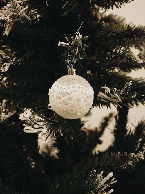 Pallina di Natale trasparente con pizzo bianco - General Trade